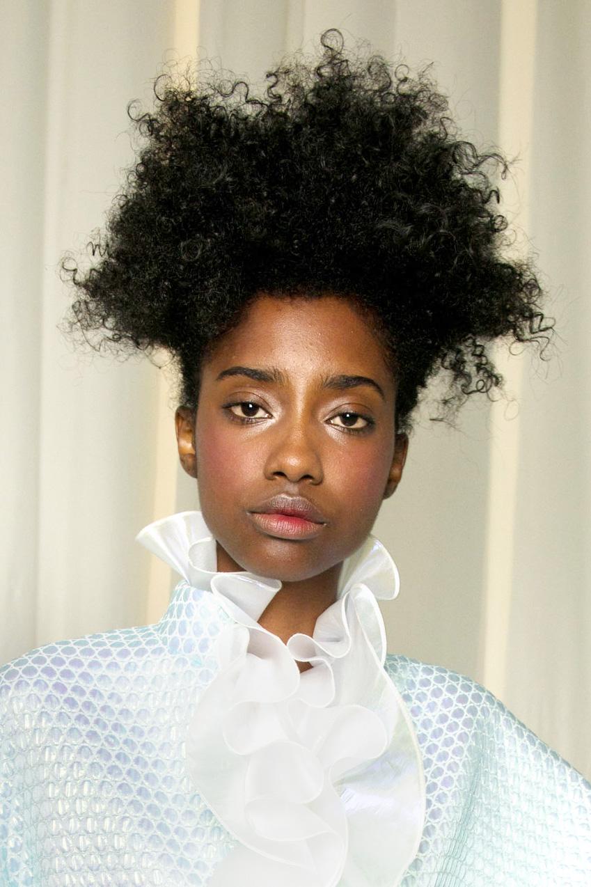 vysoký culík kudrnaté vlasy