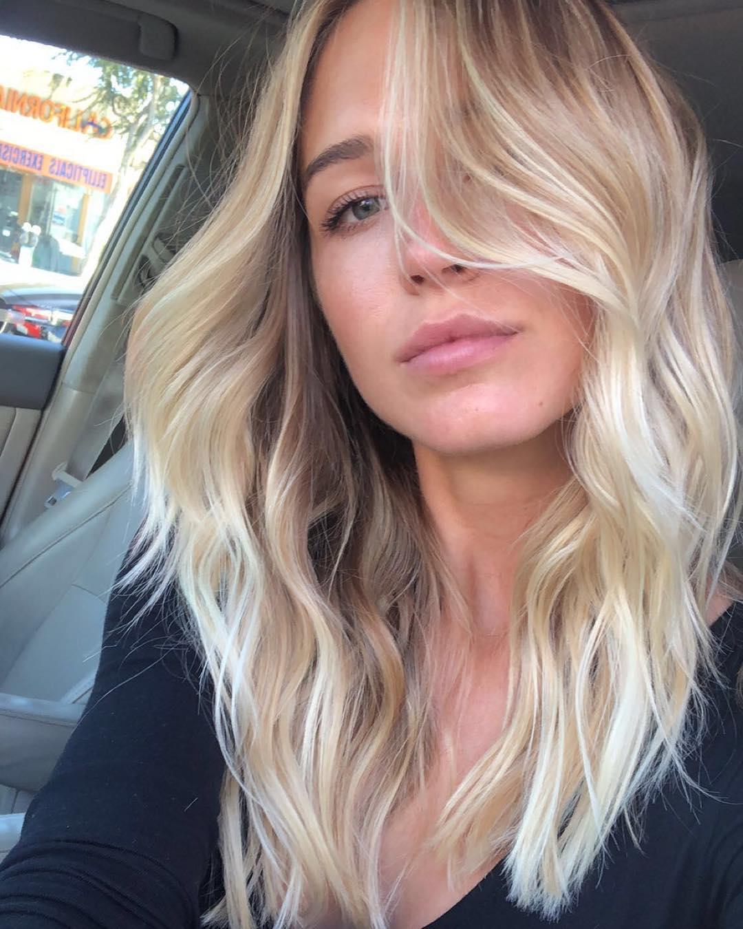 blond účes s vlnami