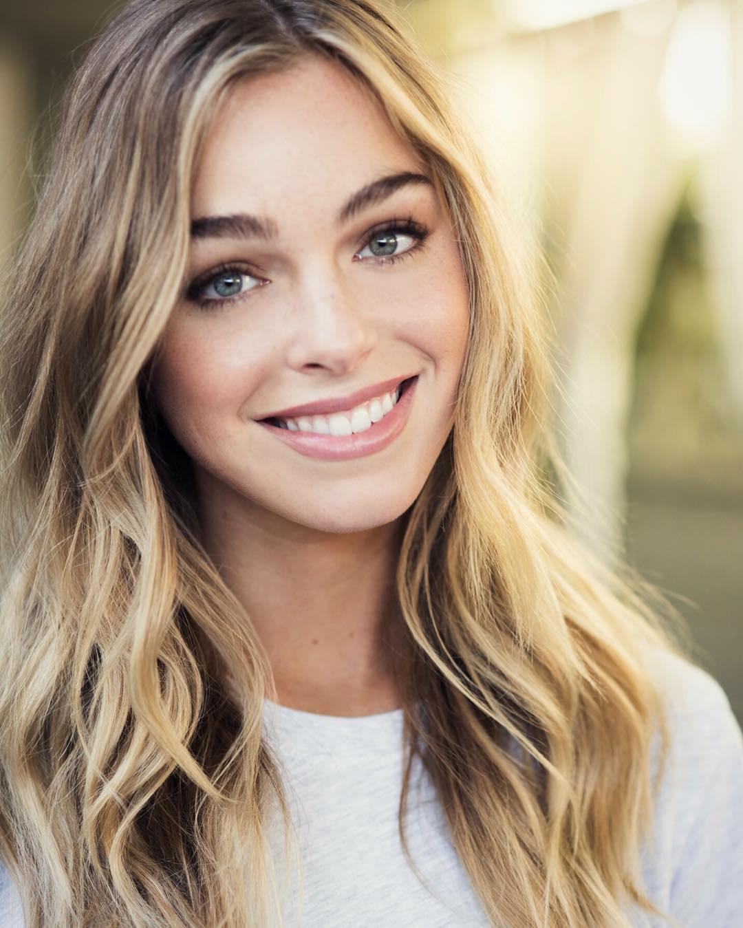 blogerka modelka vlnité vlasy