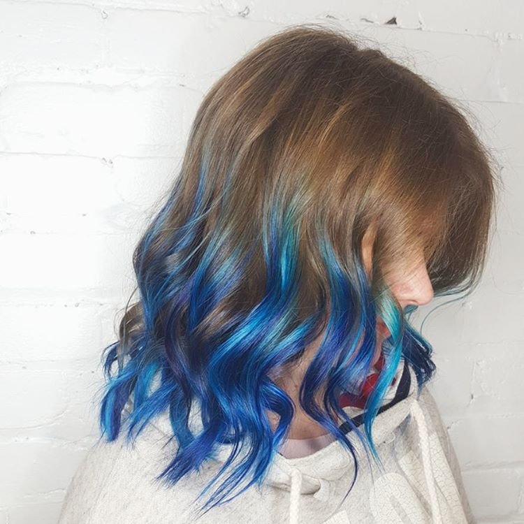 modré konečky vlasů brunetka