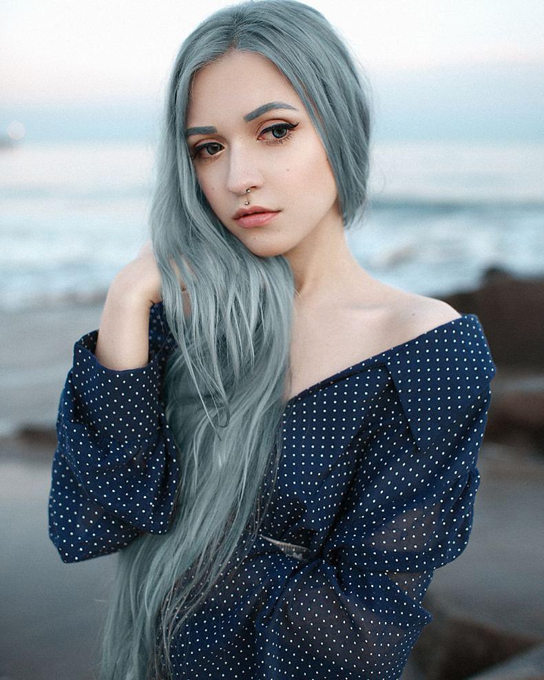 modré vlasy bledé křídové