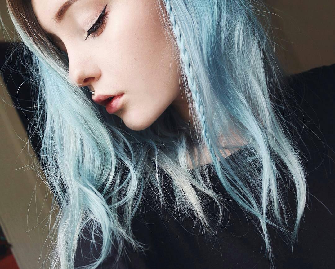 modré křídové vlasy copánek