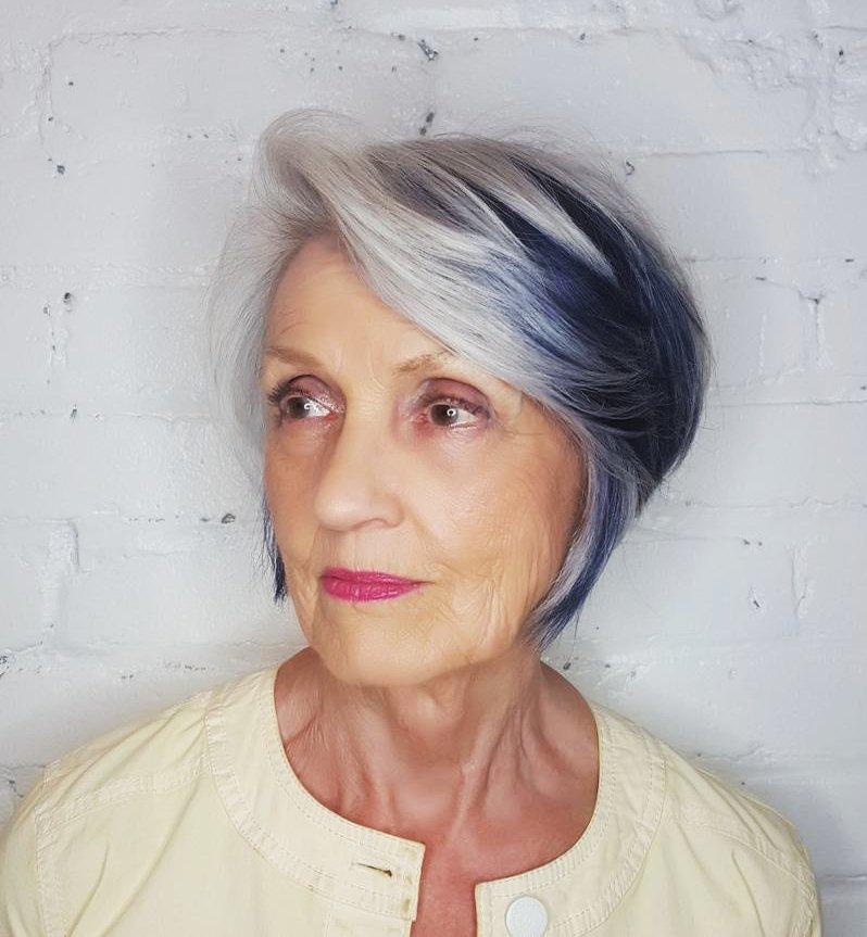 modře zbarvené vlasy starší ženy
