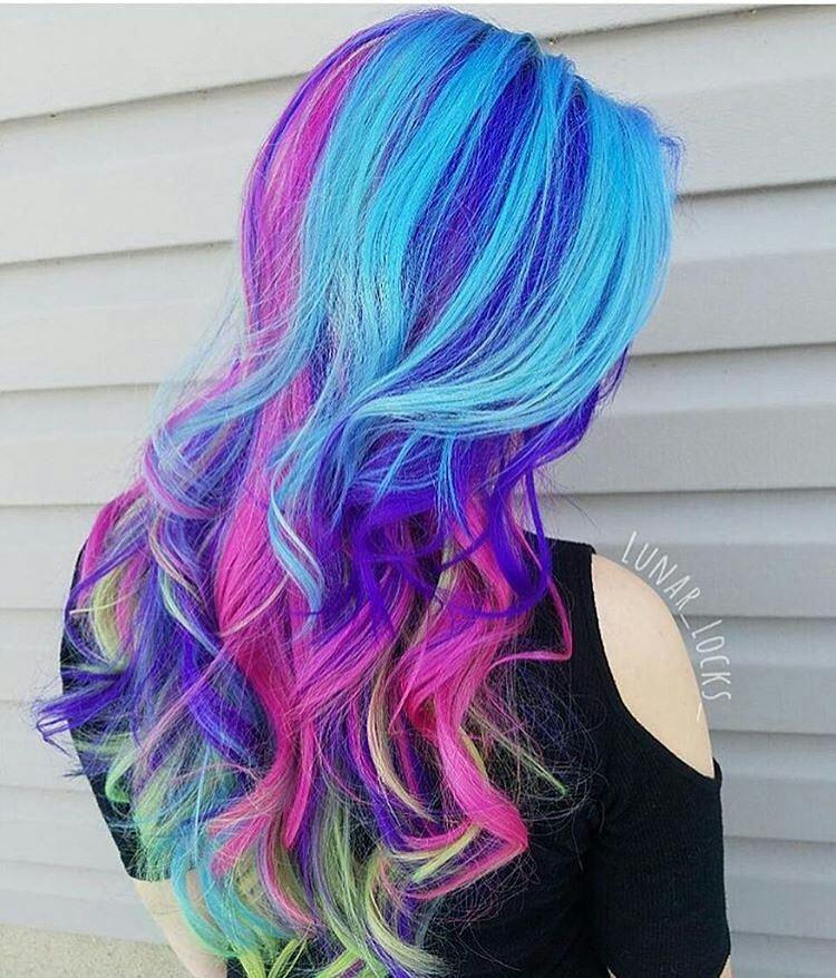duhové vlasy modrá barva fialová růžová