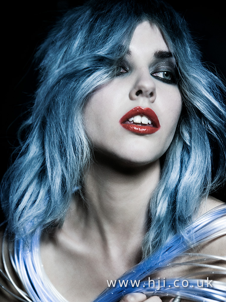 světlá modrá vlnité vlasy