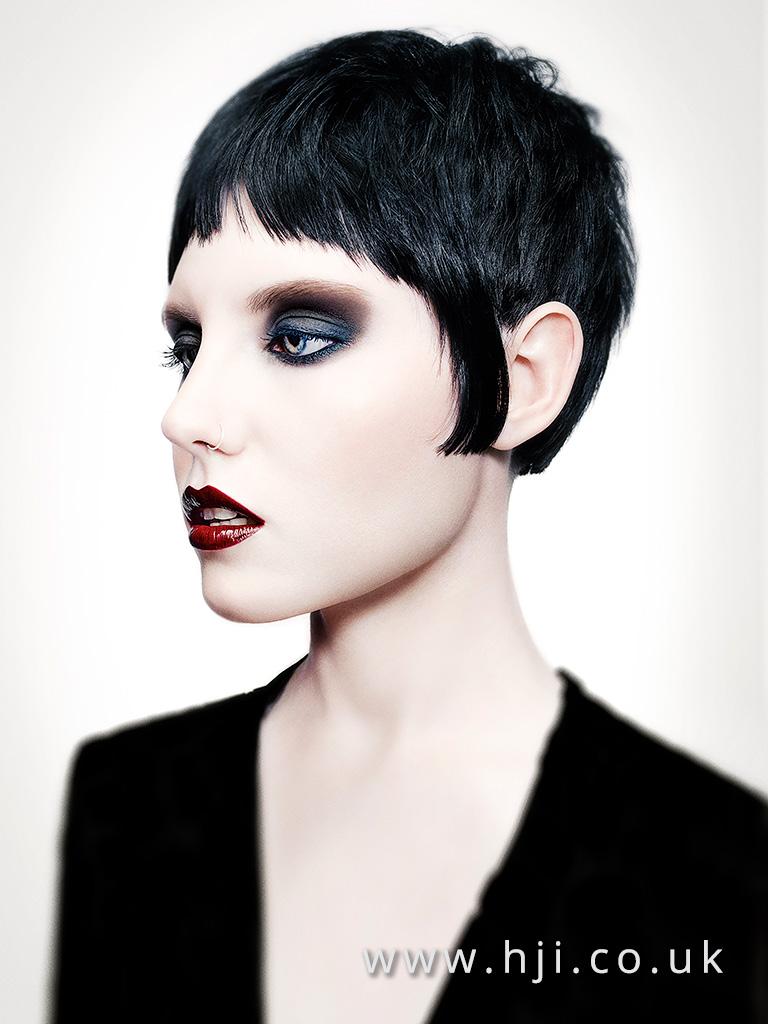 krátké černé vlasy gotika