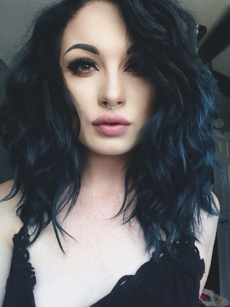 černé vlasy modrý odlesk